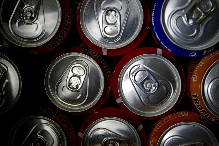 Boire régulièrement un peu trop de boissons sucrées, soit plus d'un petit verre de soda ou de jus de fruits par jour, pourrait favoriser la survenue de cancers, selon une étude