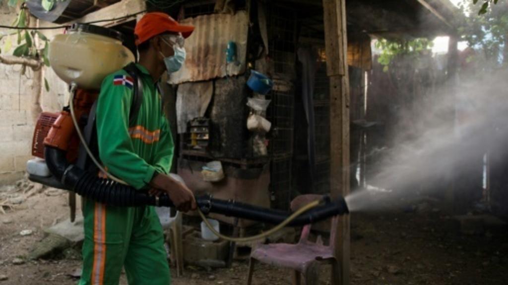 Un employé du ministère de la Santé de République dominicaine procède à la fumigation d'une maison à Saint-Domingue, le 9 juillet 2019 afp/AFP