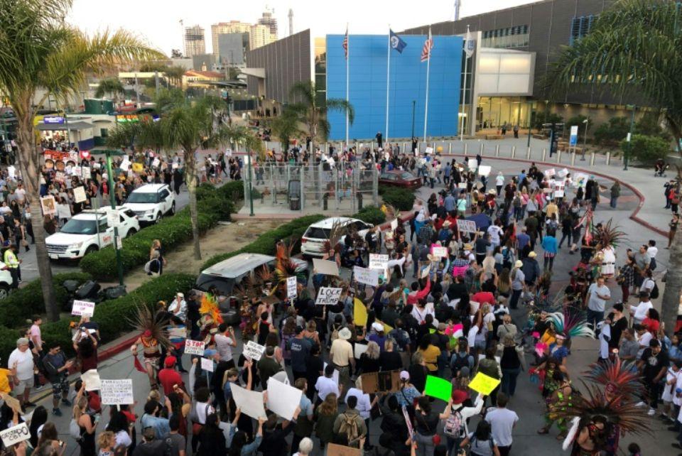 Manifestation devant le poste frontalier de San Ysidro, à la frontière mexicaine, pour dénoncer les centres de rétention de migrants, le 12 juillet 2019 Photo Javier TOVAR. AFP