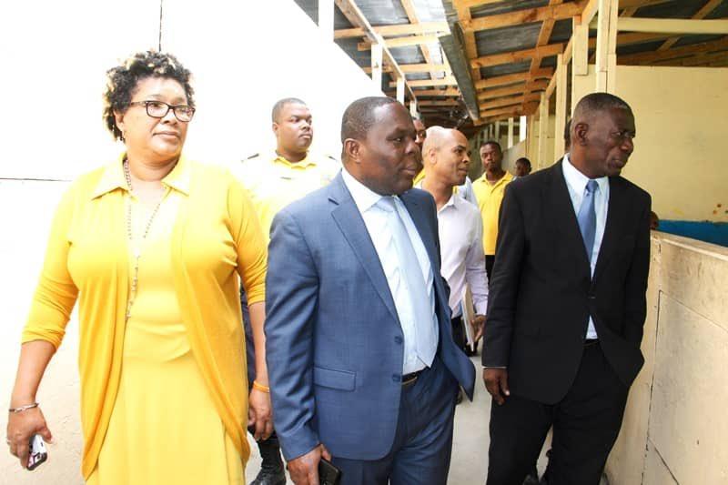 Le ministre de l'Education nationale, Pierre Josué Agénor Cadet (au milieu) lors de sa visite de supervision du centre d'examens du Lycée Marie Jeanne./Photo: Compte Twitter du MENFP.