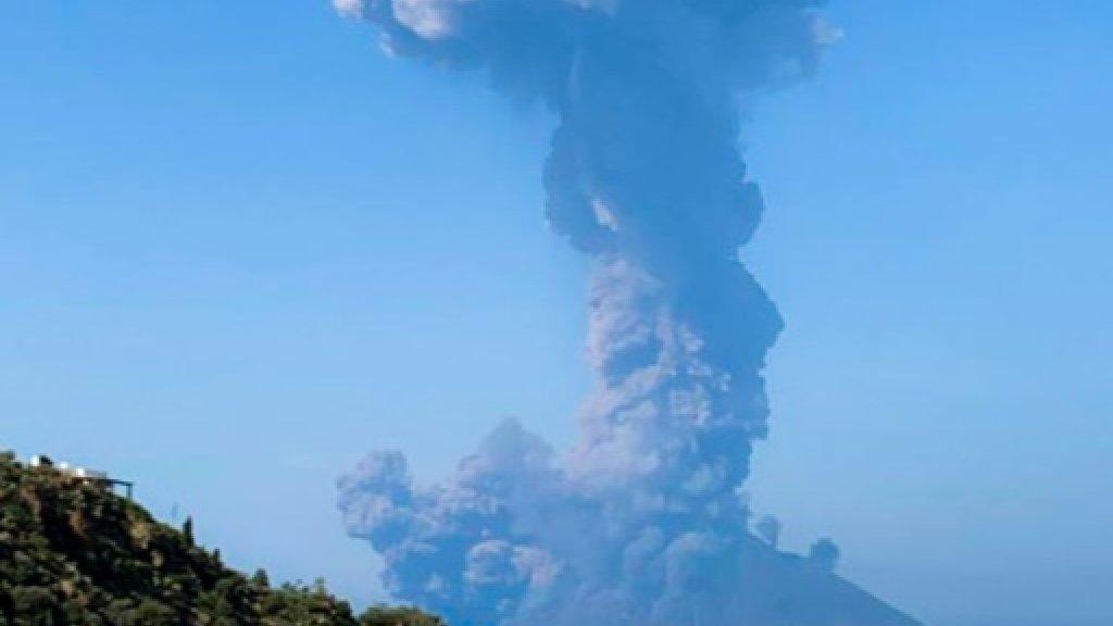 Photo publiée sur le compte Twitter de @FionaCarter et prise de l'île de Panarea montrant l'éruption du Stromboli le 3 juillet 2019 Twitter account of @FionaCarter/AFP