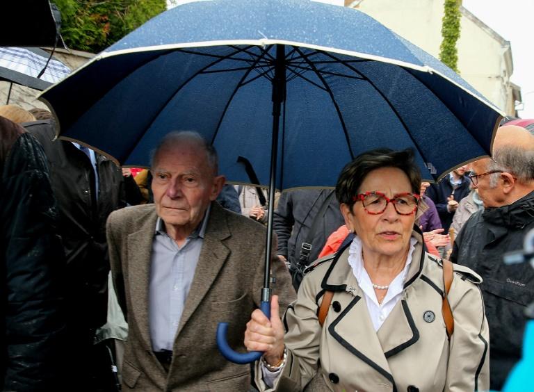 Pierre Lambert le père de Vincent Lambert avec sa petite-fille le 8 juillet 2019 à Reims
