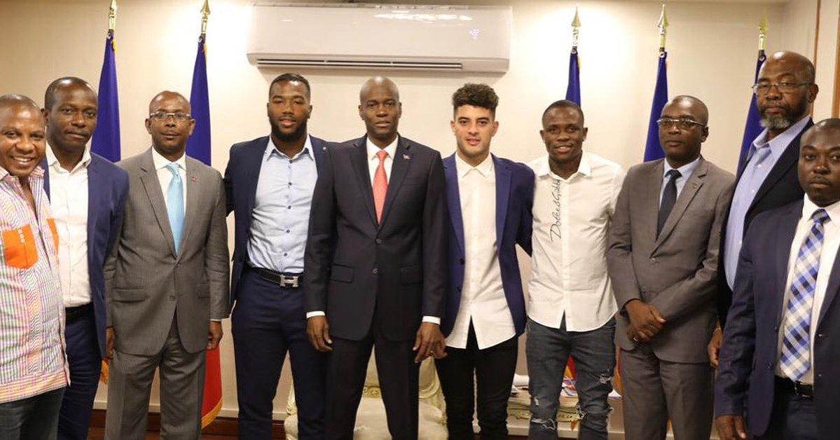 Jovenel Moise posé au milieu des trois joueurs de la sélection nationale rencontrés ce mardi 9 juillet au Palais National./Photo: Compte twitter de la présidence.
