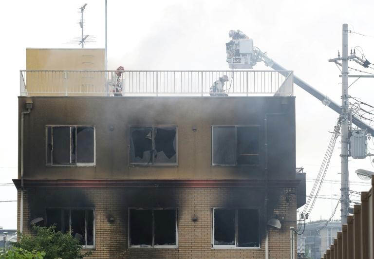 Des pompiers sur le site de l'incendie qui a ravagé un studio d'animation de Kyoto le 18 juillet 2019