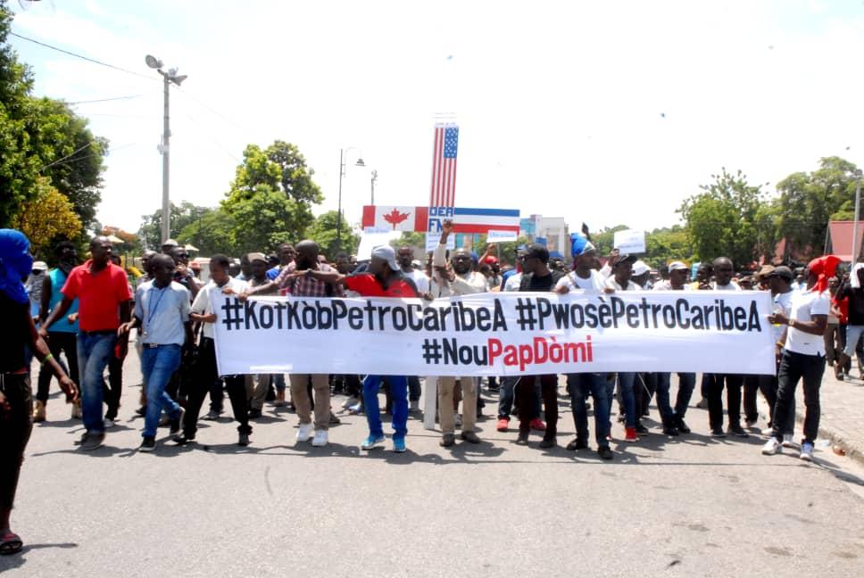 Des Petrochallengers de « Nou Pap dòmi » dans les rues pour exiger des comptes sur les fonds Petrocaribe. CP : Page Facebook de « Nou pap Dòmi »