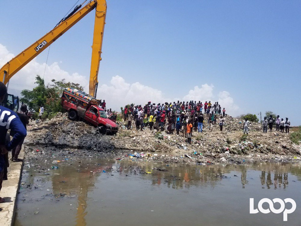 Une foule venue assister aux travaux des équipes de la Protection civile/ Photo: Loop Haiti