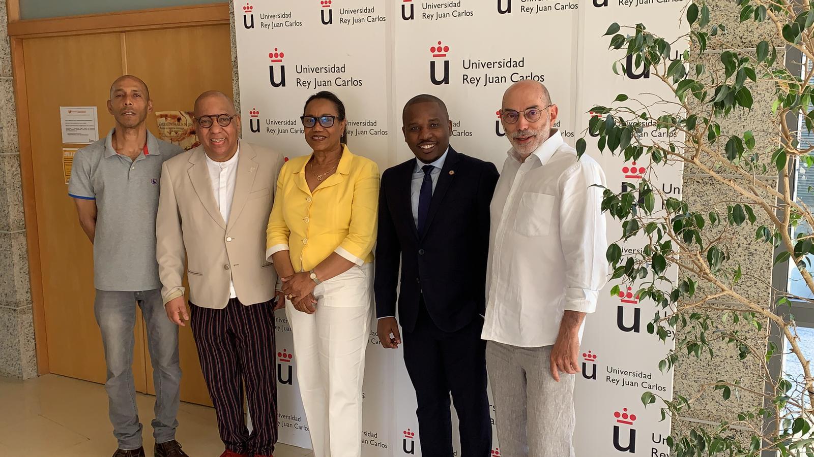 Claude Joseph (veste bleu, un peu à droite), le nouveau Chargé d'Affaires de l'Ambassade D'Haïti en Espagne pose avec les responsables de l'Université Rey Juan Carlos./Photo: Ambassade d'Haiti en Espagne.