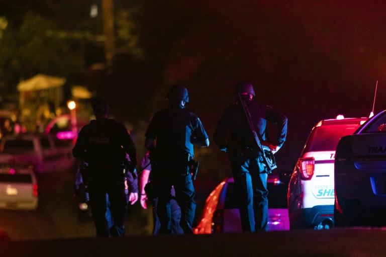 Des officiers de police arrivent sur les lieux d'une fusillade meurtrière à Gilroy en Californie, le 28 juillet 2019