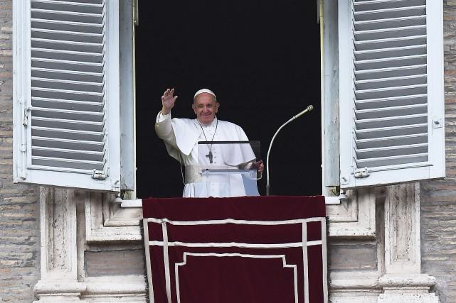 Le pape François salue la foule rassemblée dimanche à la place Saint-Pierre.  PHOTO VINCENZO PINTO, AGENCE FRANCE-PRESSE