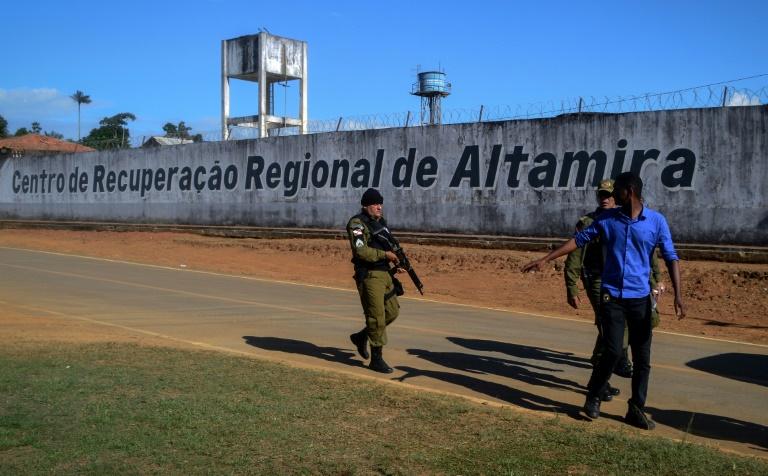 Un policier patrouille autour de la prison d'Altamira au Brésil le 29 juillet 2019