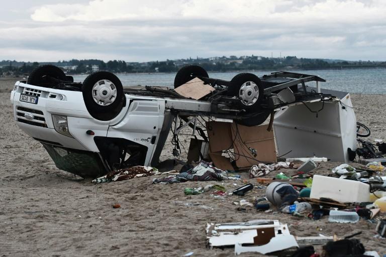 Une caravane renversée par des vents violents sur la plage de Nea Plagia en Grèce où un couple tchèque a été tué le 11 juilet 2019