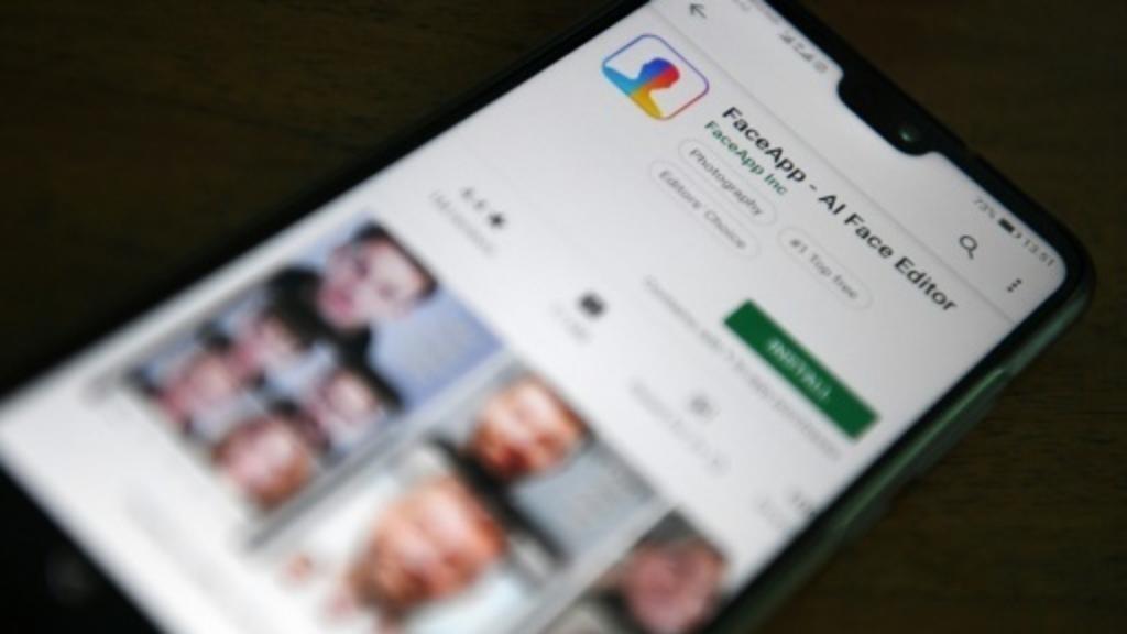 L'application russe FaceApp présentée sur un smartphone AFP