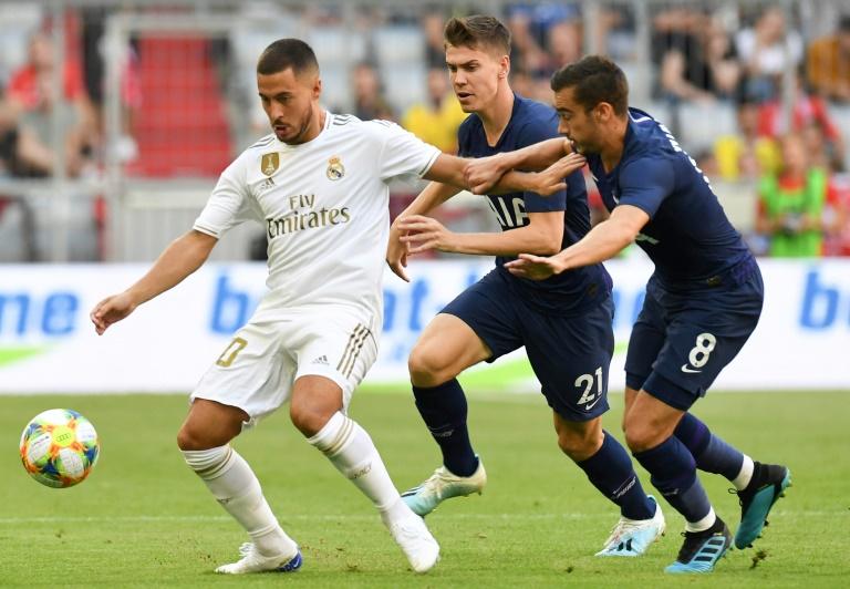 La recrue du Real Madrid Eden Hazard (g) à la lutte avec les joueurs de Tottenham Juan Foyth (c) et Harry Winks (d) en match amical, le 30 juillet 2019 à Munich
