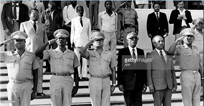 Le Conseil National de Gouvernement composé du Colonel Max Vallès (extrémité gauche), du Colonel Williams Regala, du Lieutenant General Henry Namphy, de l'ingénieur Alix Cineas, de Me.Gerard Gourgue, etc.