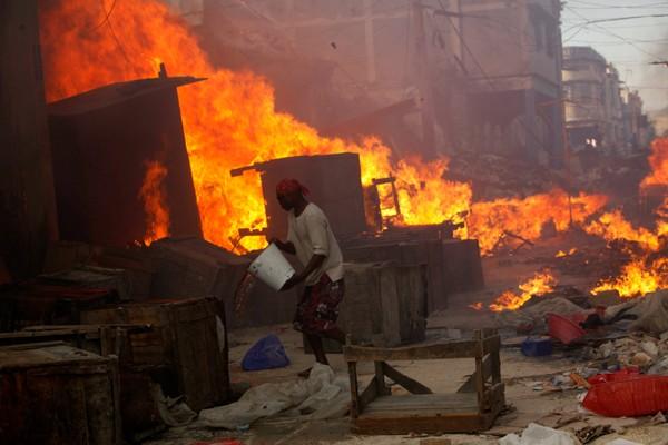 Cette photo illustre un incendie déclaré dans un marché historique du centre ville de Port-au-Prince./Photo: Loop-archives.