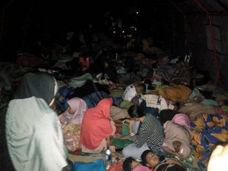Après un violent séisme de magnitude 7,3 qui a frappé l'est de l'Indonésie, des habitants se sont réfugiés dans des écoles, des mosquées (sur la photo) et des bâtiments publics. Antara Foto via REUTERS
