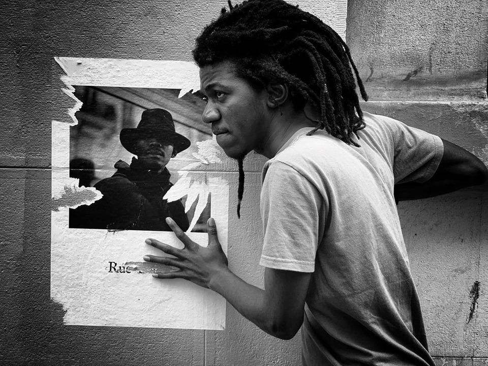 Le jeune auteur et membre de l'organisation féministe Nègès Mawon./Photo: Source-Guillaume Coadou.