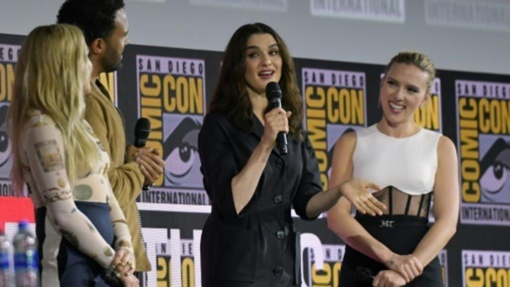 Les acteurs Florence Pugh, O.T. Fagbenle, Rachel Weisz et Scarlett Johansson (de gauche à droite), sur scène à l'occasion d'un événement consacré aux super-héros des studios Marvel, le 20 juillet 2019, à San Diego aux Etats-Unis