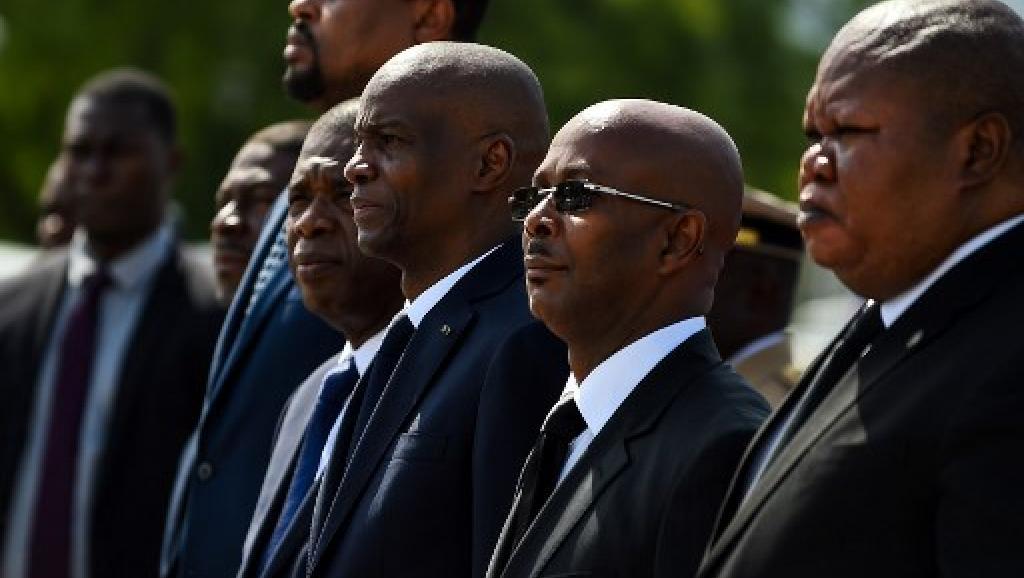 Jovenel Moise, le président haïtien (3e en partant de la droite) à côté de son nouveau Premier ministre, Jean-Michel Lapin (2e en partant de la droite), le 7 avil 2019. CHANDAN KHANNA / AFP