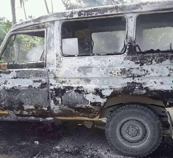 Illustration de la voiture incendiée lors de l'altercation entre les proches du député de Plaisance du Sud, Claude Guillaume et certains Nippois.