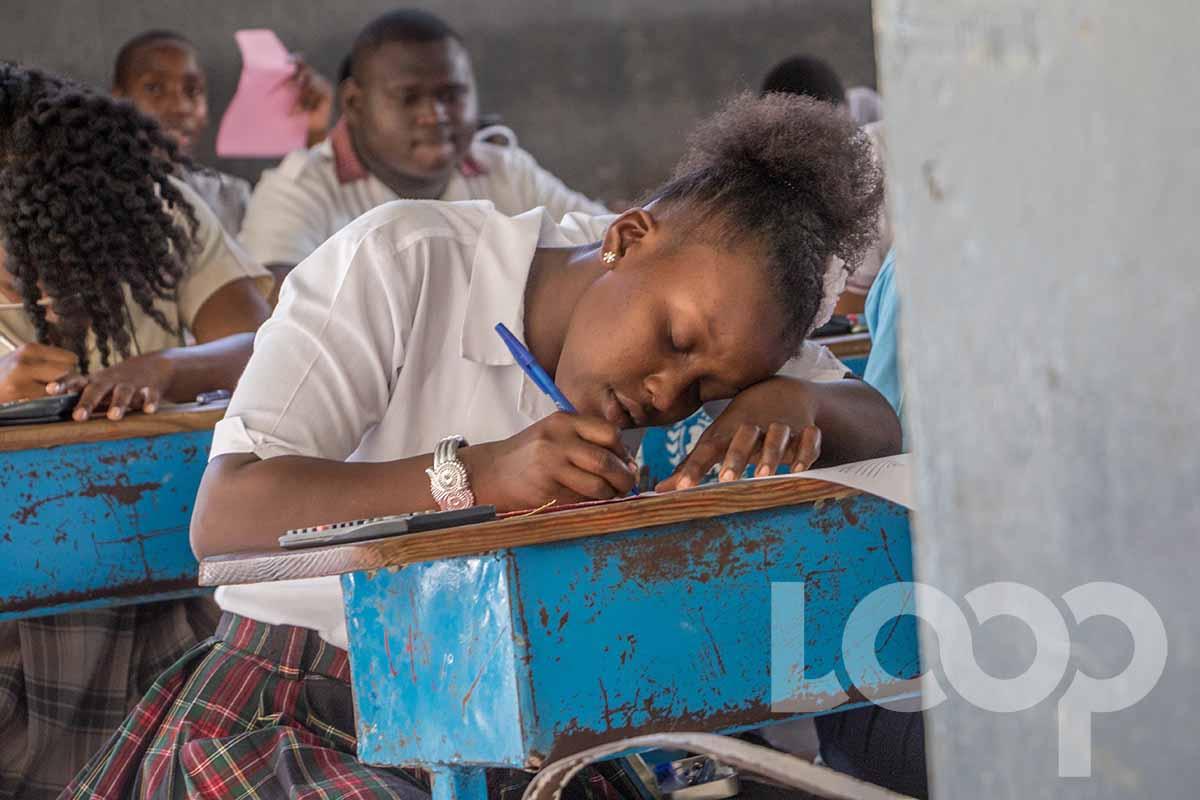 Une élève en plein examen de 9e AF en 2017/ Loop Haiti