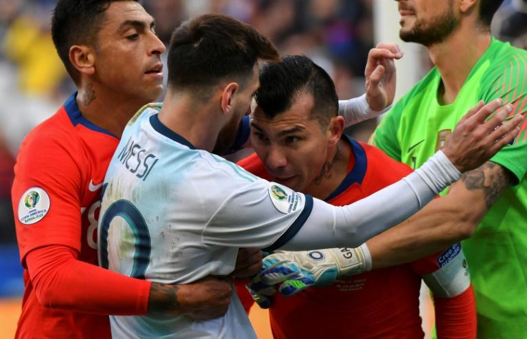 Accrochage entre l'Argentin Lionel Messi et le Chilien Gary Medel lors du match pour la 3e place à la Copa America, le 6 juillet 2019 à Sao Paulo