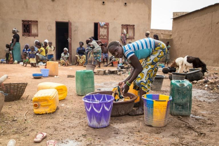 Une adolescente fait la lessive dans une école accueillant des déplacés à Ouagadougou, le 13 juin 2019 afp.com - OLYMPIA DE MAISMONT