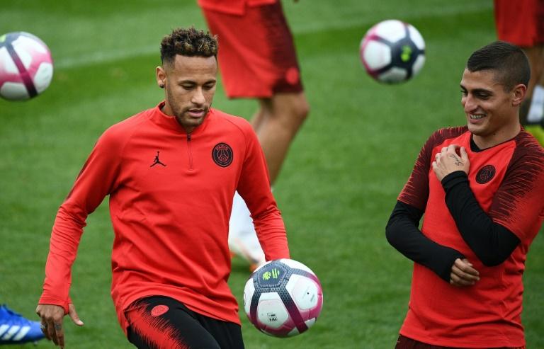 Le Brésilien Neymar (g) à l'entraînement du PSG avec son coéquipier italien Marco Verratti, le 13 septembre 2018 à Saint-Germain-en-Laye