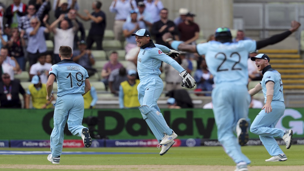 England's bowler Chris Woakes, left, celebrates with teammates after dismissing Australia's batsman David Warner during the Cricket World Cup semi-final match at Edgbaston in Birmingham, England, Thursday, July 11, 2019. (AP Photo/Rui Vieira).