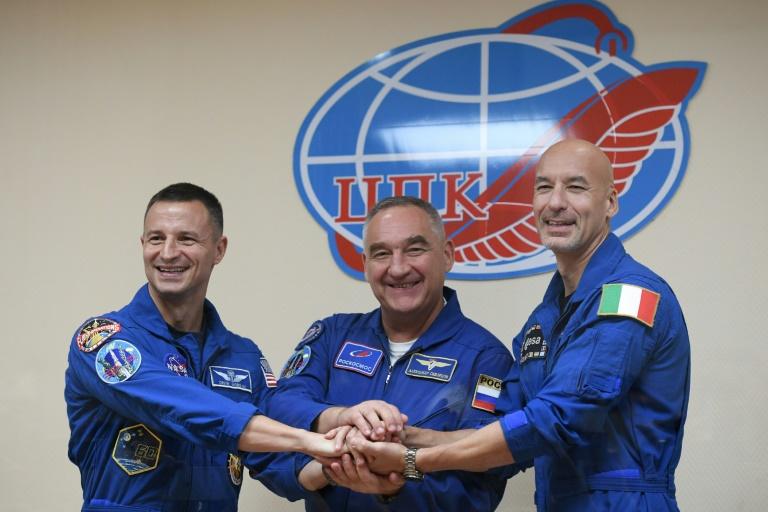 L'astronaute américain de la NASA Andrew Morgan, le cosmonaute russe Alexander Skvortsov et l'astronaute italien Luca Parmitano de l'Agence spatiale européenne (ESA), après une conférence de presse au cosmodrome de Baïkonour au Kazakhstan le 19 juillet 2019