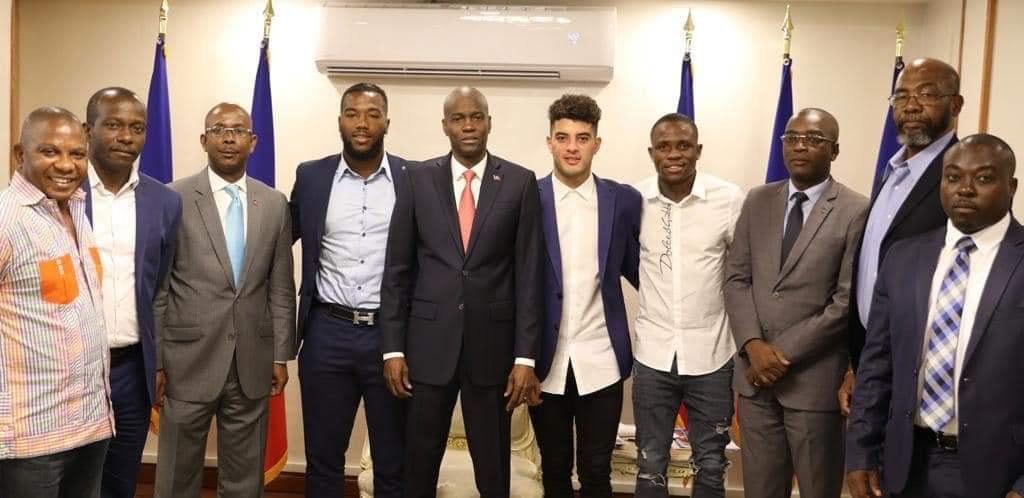 Les trois Grenadiers, des membres de la FHF et du MJSAC en compagnie du président Jovenel Moïse/ Photo: Twitter de Jovenel Moïse