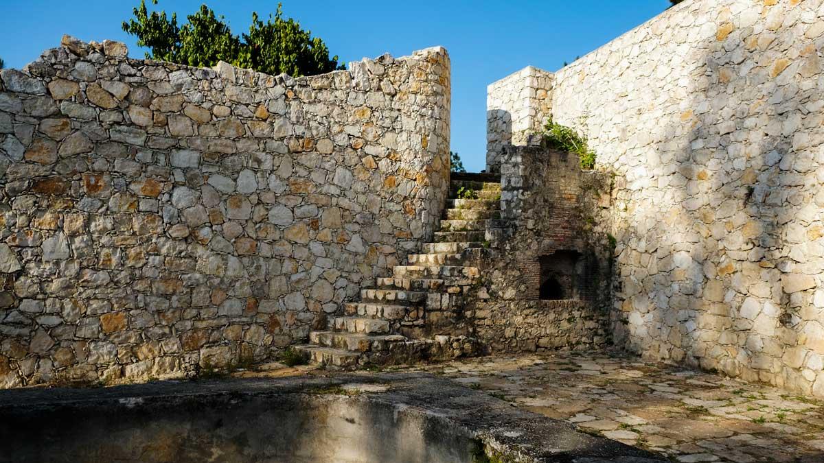Une vue partielle de Fort-Jacques, complètement abandonné par des organismes publics de sauvegarde de patrimoines.