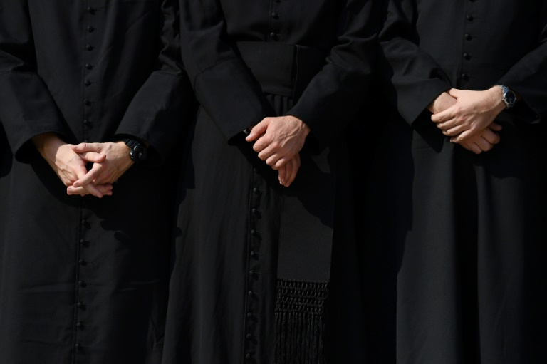 Des prêtres catholiques. AFP/Archives / GABRIEL BOUYS