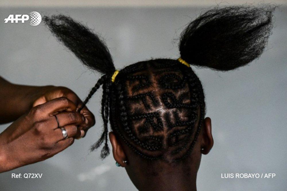 Des coupes de cheveux en tout genre ont été interdites dans un lycée privé de Baie-Mahault en Guadeloupe afp.com - LUIS ROBAYO