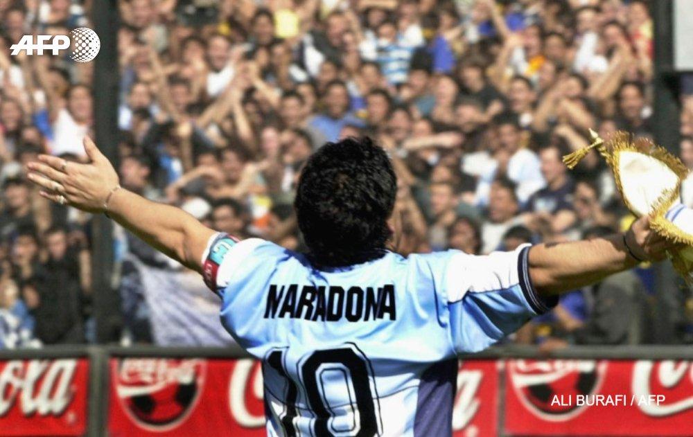Diego Maradona salue le public, en 2001, à Buenos Aires AFP/Archives