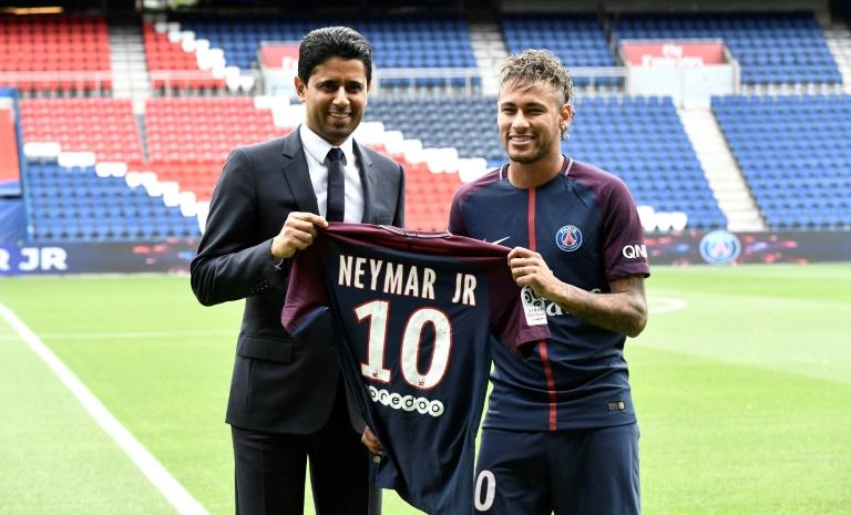 Le Brésilien Neymar (d) pose avec le président du PSG Nasser Al-Khelaifi lors de sa présention officielle après son transfert du Barça, au Parc des Princes, le 4 août 2017