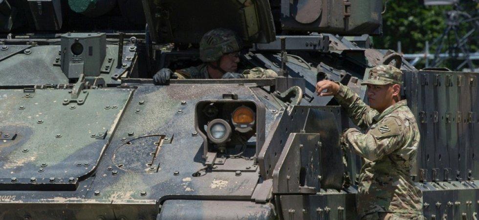 Deux militaires discutent sur un véhicule de combat avant un défilé à Washington, le 4 juillet 2019. afp.com - Alastair Pike