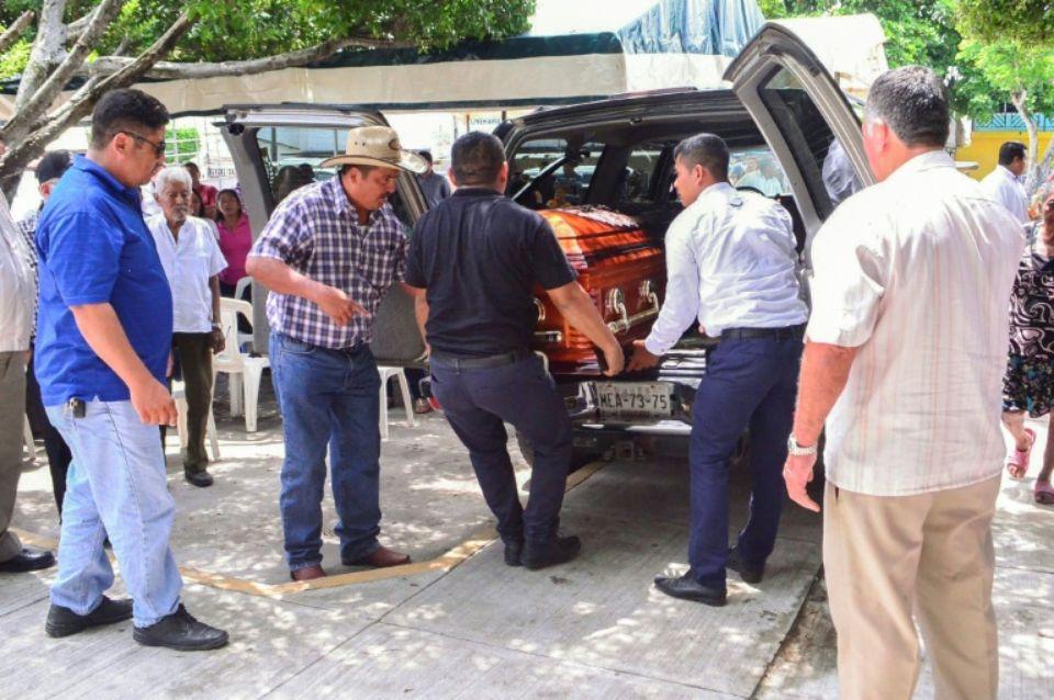 Des proches et des amis de Norma Sarabia, sixième journaliste tuée en 2019 au Mexique, portent son cercueil à Huimanguillo, da