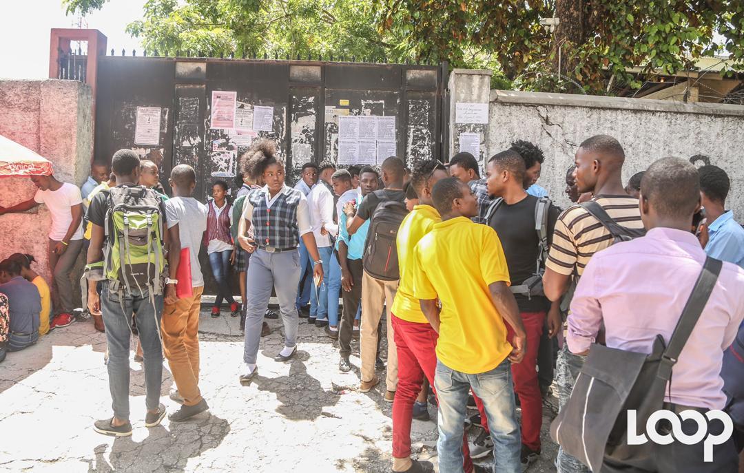 Des élèves devant le centre d'examen sis au Lycée Toussaint Louverture