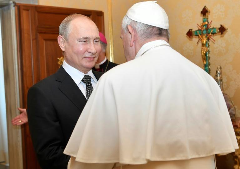 Photo diffusée par le service de presse du Vatican montrant le président russe Vladimir Poutine avec le pape François le 4 juillet 2019 lors d'une visite au Vatican
