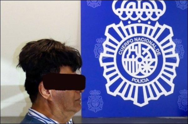 Photo-montage diffusé le 16 juillet 2019 par la police espagnole montrant un Colombien arrêté fin juin à Barcelone après que la police a trouvé un demi-kilo de cocaïne sous sa perruque