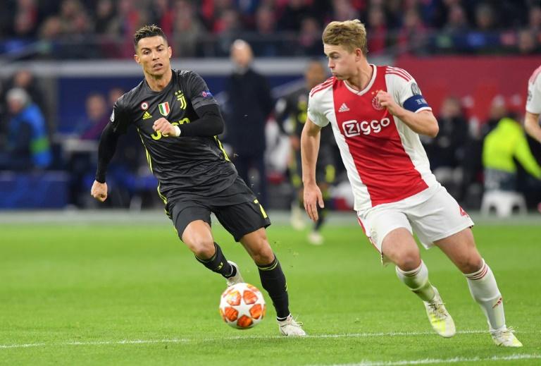 Le défenseur néerlandais Matthijs de Ligt (à droite) à la bagarre avec l'attaquant portugais Cristiano Ronaldo, le 10 avril lors du quart de finale aller de la Ligue des Champions entre l'Ajax Amsterdam et la Juventus.