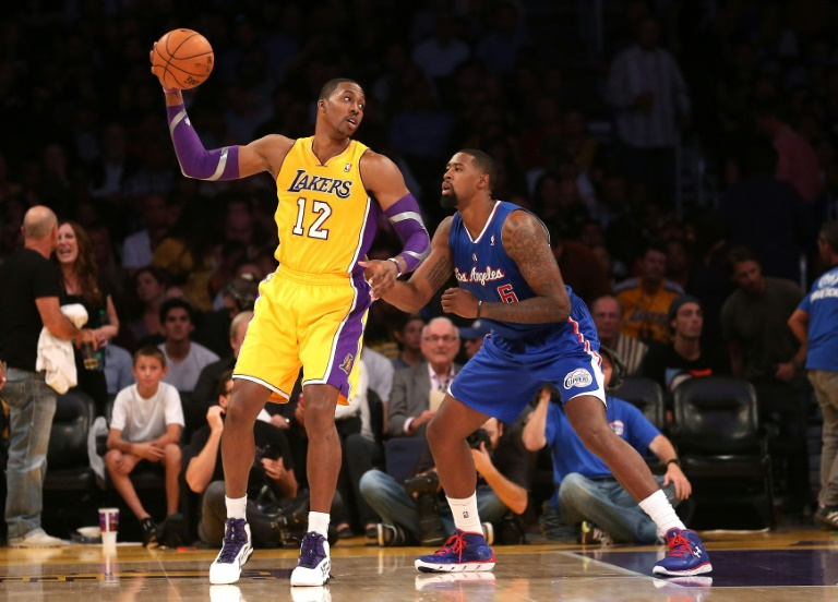 Dwight Howard, marqué par le pivot des Clippers DeAndre Jordan, le 2 novembre 2012, va revêtir le maillot des Los Angeles Lakers
