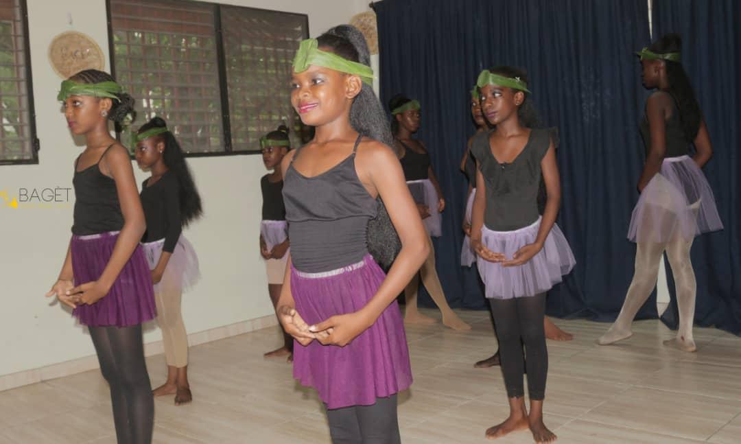 Les danseurs de « Bagèt Sant Dans Ayiti » dans l'exécution des pas de danse classique (Ballet) Crédit Photo » Mike Tyson Pierre