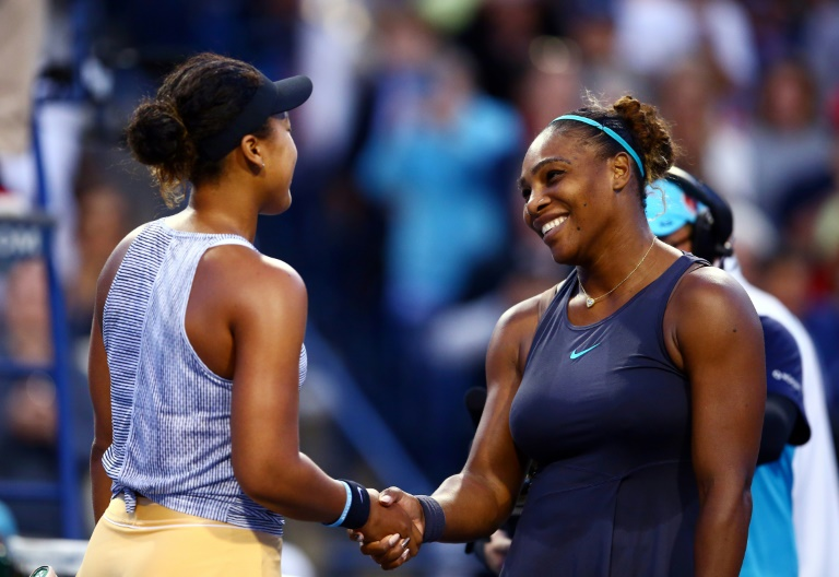 L'Américaine Serena Williams (d) serre la main de la Japonaise Naomi Osaka après l'avoir battue en en quarts de finale du tournoi WTA de Toronto, le 9 août 2019