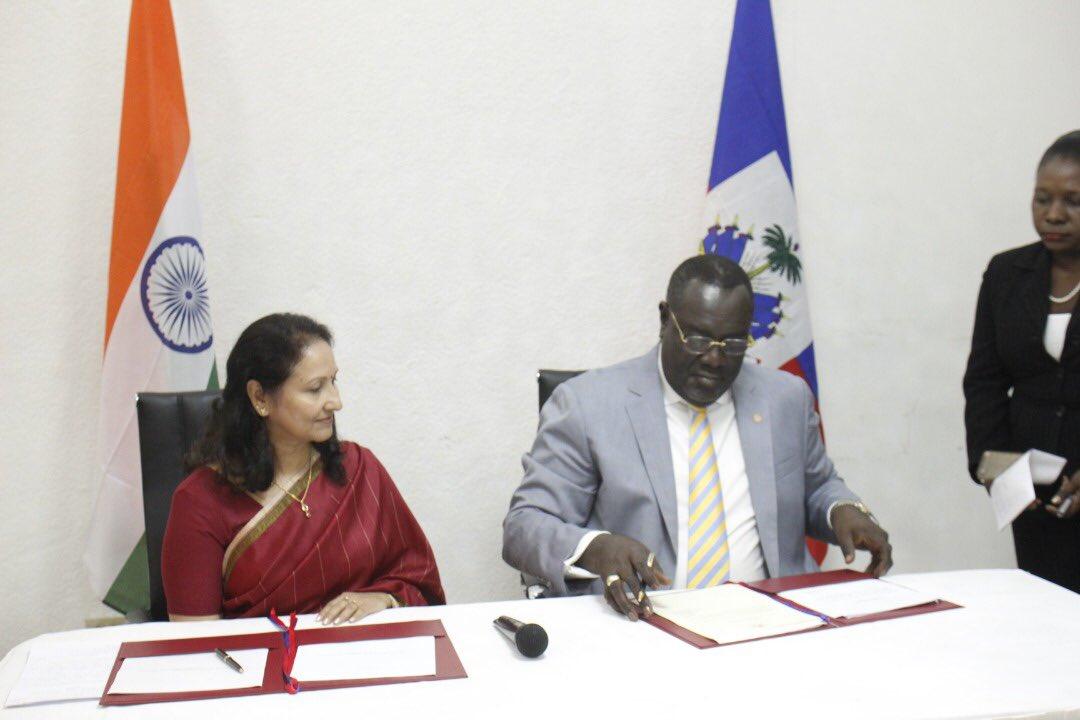 L'ambassadrice de l'Inde à Cuba, Madhu Sethi (à gch) et Edmond Bocchit à dte) lors de la signature de l'adhésion d'Haiti à l'Alliance Solaire Internationale./Photo: Twitter Ministère Communication.