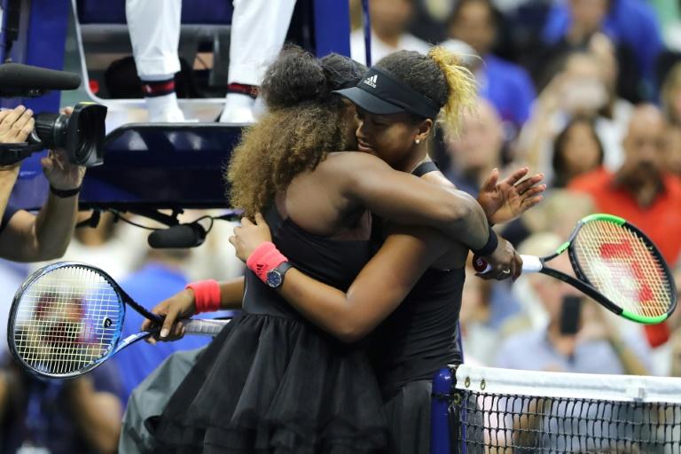 L'Américaine Serena Williams (g) dans les bras de la Japonaise Naomi Osaka après sa défaite en finale de l'US Open, à Flushing Meadows, le 8 septembre 2018