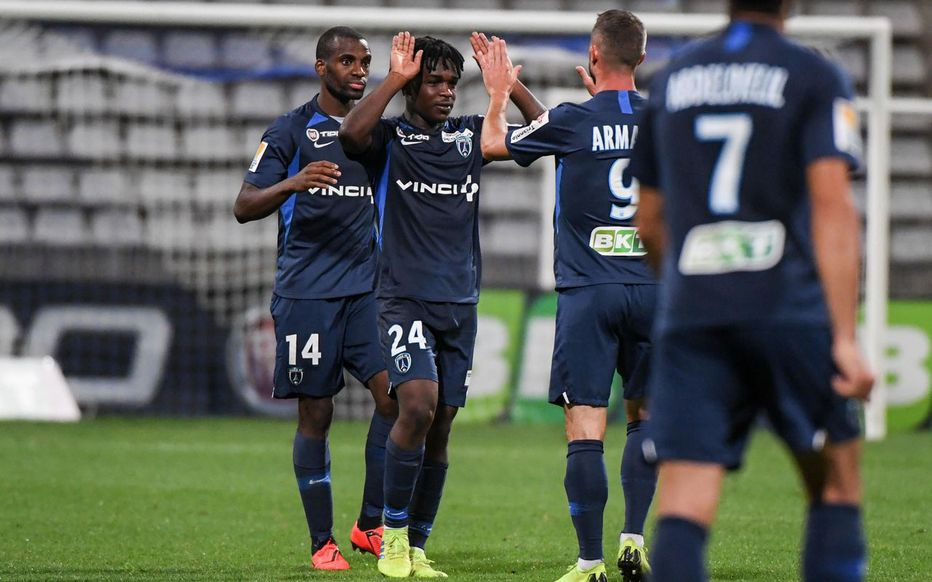 Stade Charléty (Paris), le 13 août. Bryan Alceus (au centre, n° 24) découvre le monde professionnel sous le maillot du Paris FC.  LP/Icon Sport/Anthony Dibon