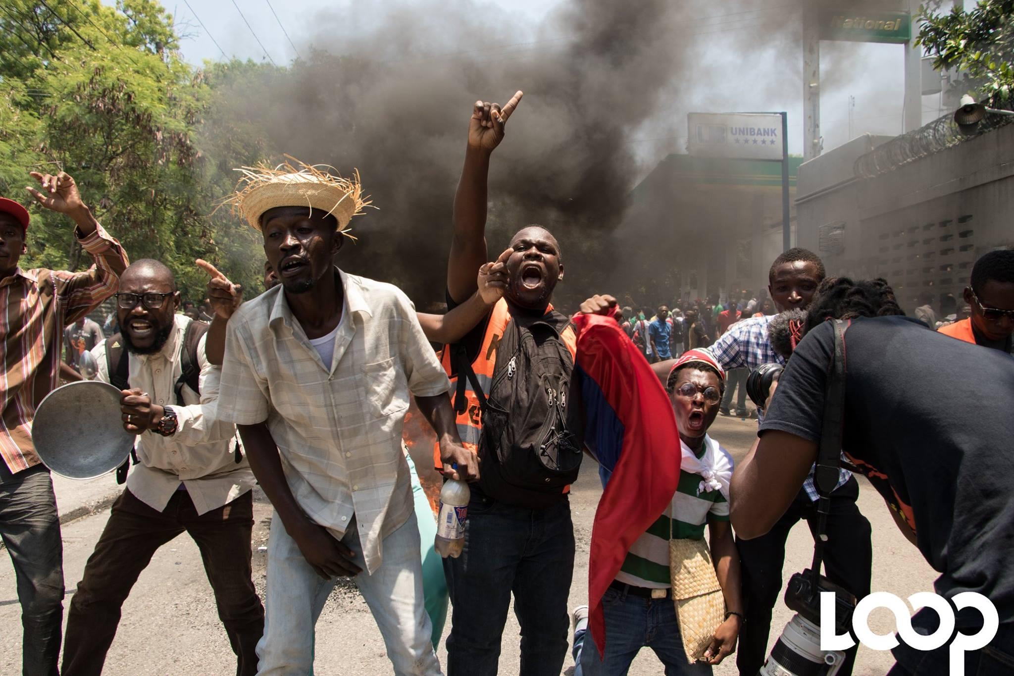 Des manifestants, dans les rues de Port-au-Prince, exigent le départ du président de la République Jovenel Moise./Photo: Loop Haiti-Luckenson Jean.