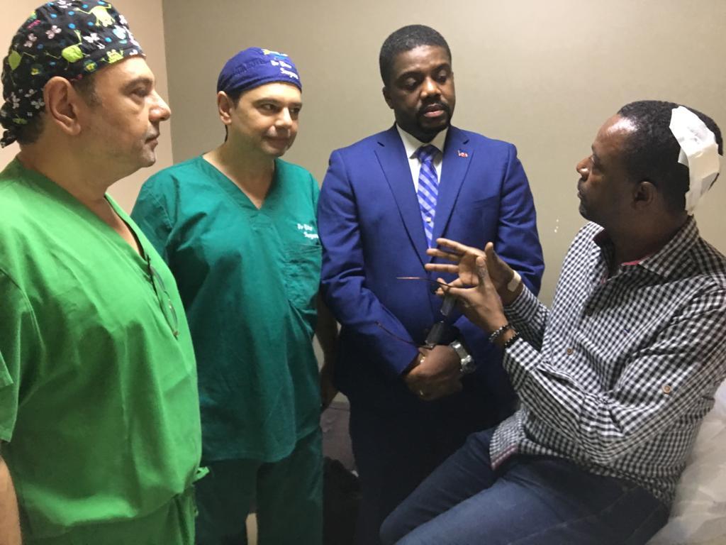 A droite, le député Ronald Etienne, blessé au niveau du cou lors d'une attaque armée. A gauche, le Premier ministre nommé Fritz William Michel